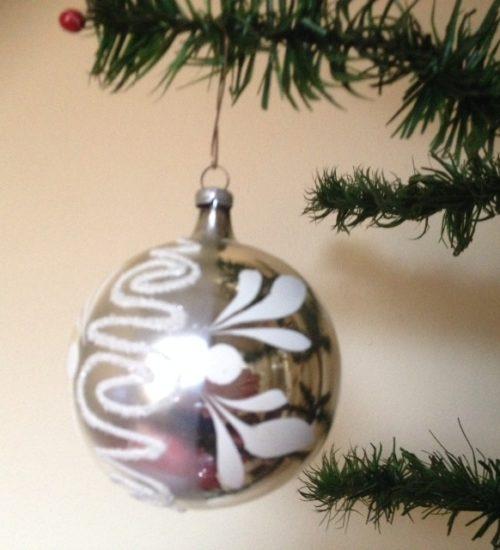 Oude grote kerstbal in zilver met witte en glasgruis beschildering