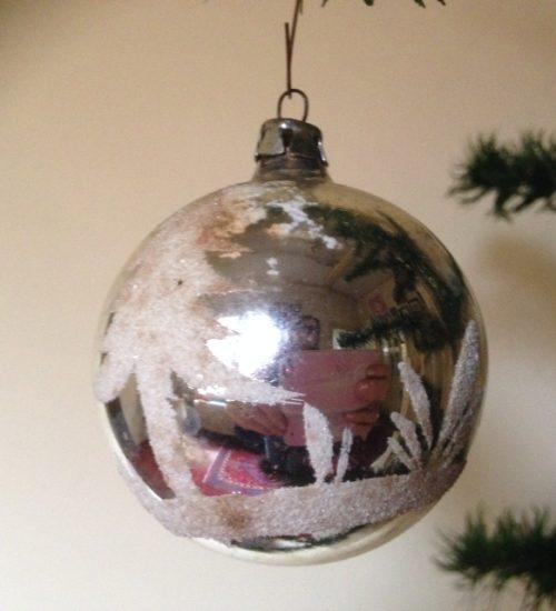 Oude antieke kerstbal van dun geblazen glas met voorstelling van glasgruis 1e kwart 1900