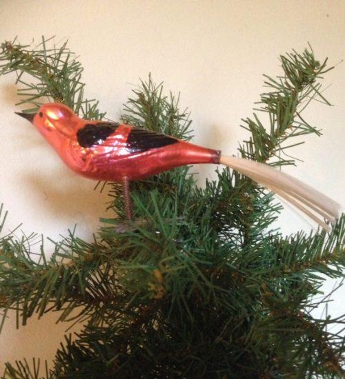 Antieke oude kerstbal een grote vogel met 2 poten op klem