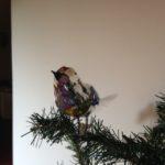 Antieke oude kerstbal een grote dikke vogel op 2 veren