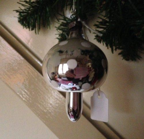Oude antieke kerstbal een paddenstoel zilver met witte stippen