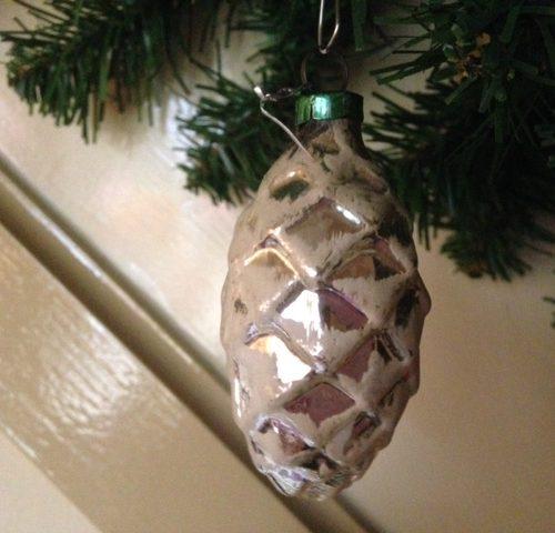 Antieke oude dennenappel voor de kerstboom