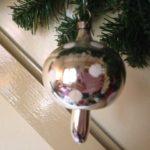 Oude antieke kerstbal een paddenstoel van zilver