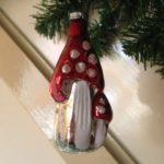 Antieke oude kerstbal een paddenstoel met kleintje rood met witte stippen