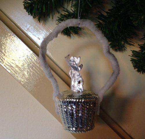 Antieke kerstbal een mandje met zilveren poezieplaat engel aan chenille hengsel