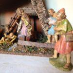 Oude kerststal met grote figuren van early plastic uit de jaren 1950-1960