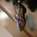Oude antieke kerstbal een zilveren schoen