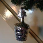 Antieke oude kerstbal een mandje met zilver poezie plaatje