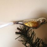 Antieke oude kerstbal een vogel met gele vleugels en snavel op klem 2e kwart 1900