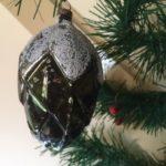 Antieke oude kerstbal een dennenappel van vliesdun glas in donkergroen