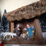 Antieke oude kleine kerststal van early plastic uit de jaren 1950-1960