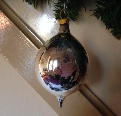 Oude kerstbal van zilver in druppel of pegel vorm