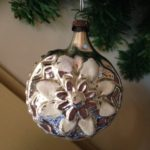 Antieke kerstbal van zilver met witte bloem eerste kwart 1900