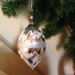 Oude antieke kerstbal van zilver in pegel of druppelvorm jaren 1950