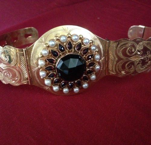 Imposante rosegouden armband met granaat en parels uit de jaren 1960