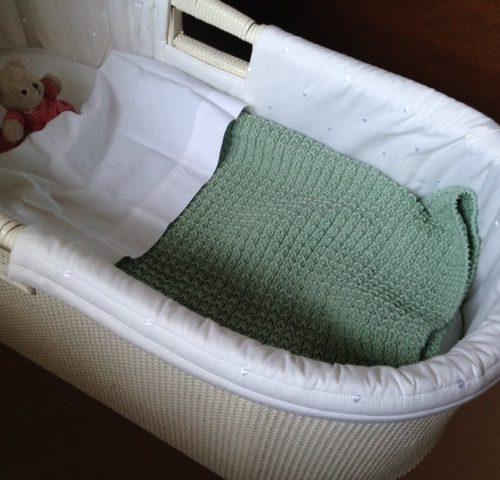 Handgebreid lindegroen wieg deken van Scheepjes Catona 50 katoen