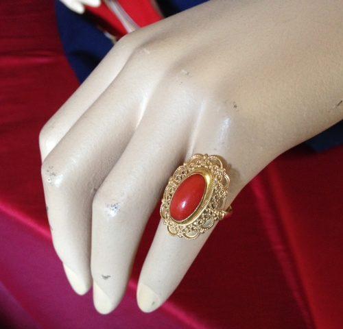 Geelgouden ring met bloedkoraal in brede gouden entourage