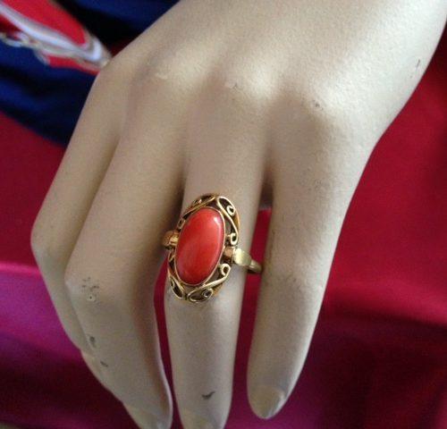 Gouden ring met ovale bloedkoraal uit de fifty's