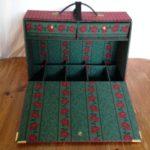Prachtige grote retro juwelendoos met vakken en laden in rood/groen geruite stof uit de jaren 1940