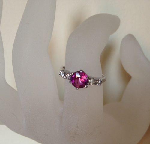 Beeldschone witgouden ring met roze toermalijn en 0,20 ct. briljant geslepen diamant