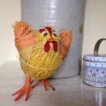 Klein Amerikaans Pasen blik met deksel en hengsel waarin 6 houten klokjes