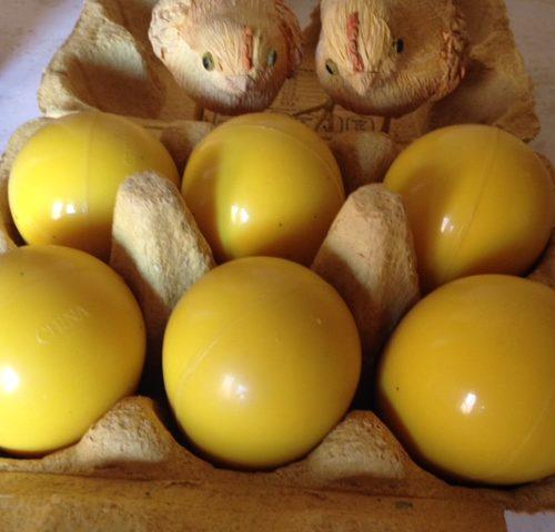Doos met zware gele rubber eieren voor Pasen uit de jaren 1930-1940