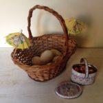 Antiek brocante rieten eiermandje met houten eieren