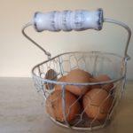 Brocante wit eiermandje van kippengaas