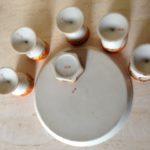 Antiek Japans porseleinen eierbord met eierdoppen en zoutvat in oranje