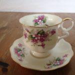 Engelse porseleinen kop en schotel met rose/lila bloempjes