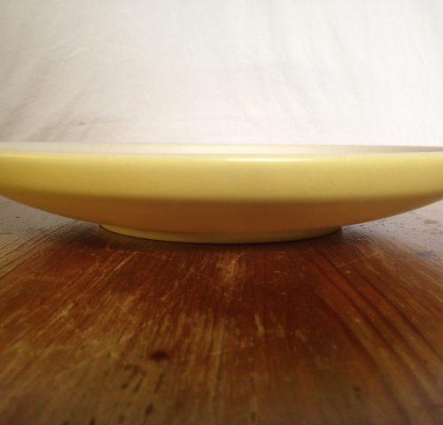 Grote gele sixty's retro plateel fruitschaal met witte binnenkant