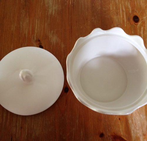 Retro wit plateel koekdoos met deksel uit de sixty's