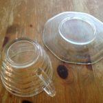 Kop en schotel van helder persglas met golfjes uit de jaren 1940-1950