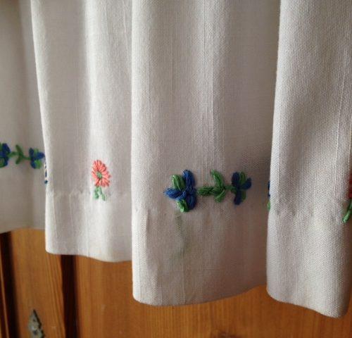 Wit bruidsmeisjes kinderjurkje met handschoentjes uit de fifty's