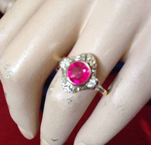 14 kt. gouden art deco ring met hard roze Verneuil robijn en diamant