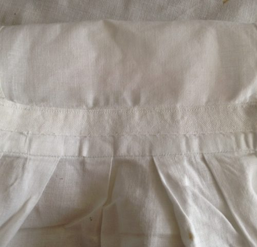 Retro handgemaakt wit katoenen kinderschortje uit de jaren 1950