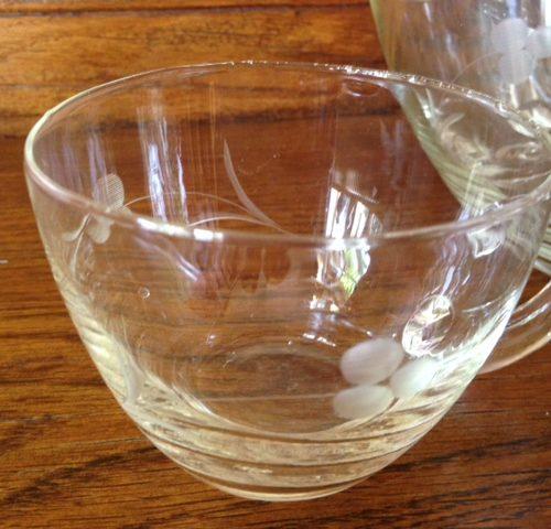 Glazen geetste bowlpot met 4 bekers uit de sixty's