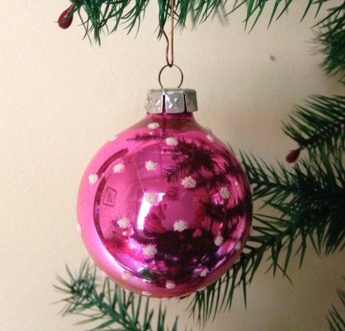 Knal rose polka dot kerstbal van dun geblazen glas uit de jaren 1970