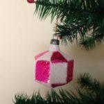 Antieke kerstbal een lampion in roze en wit