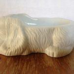Porseleinen honden voerbak in vorm van een witte spaniel