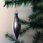 Oude zilveren kerstbal een pegel of druppel van dun glas uit de jaren 1950