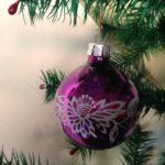 Oude kerstbal van glas in paars roze kleur uit de jaren 1970
