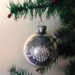 Oude kerstbal van dun geblazen glas in zilver en wit midden vorige eeuw