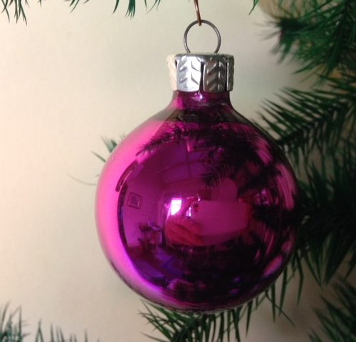 Oude kerstbal van glas in paars fuchsia kleur uit de jaren 1970