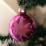 Knal roze polka dot kerstbal van dun geblazen glas uit de jaren 1970