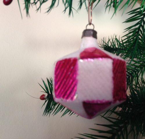Grote oude roze kerstbal van glas in knal roze midden vorige eeuw