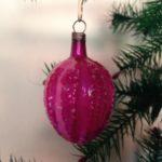 Antieke kerstbal een framboos van vliesdun glas in hard roze van voor 1900