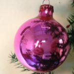 Knalroze kerstbal van geblazen glas uit de jaren 1970
