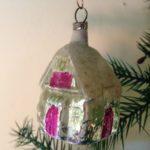 Antieke kerstbal een huis van dun glas met fel roze 1e helft 1900