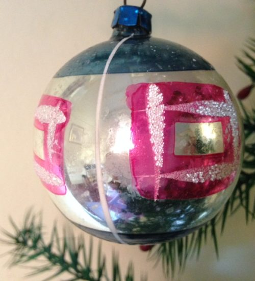 Mooie flinke kerstbal van glas in hard roze en blauw eerste helft 1900